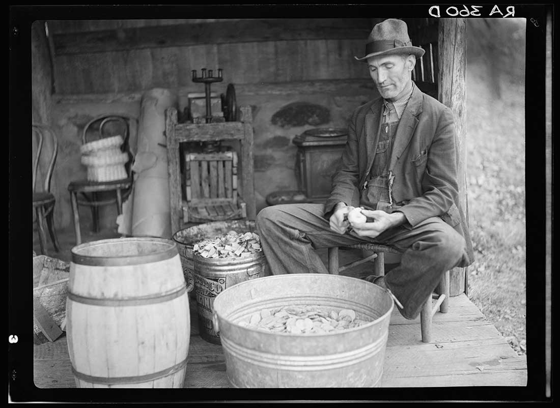 John Nicholson Peeling Apples, Viginia 1935 © Arthur Rothstein Library of Congress