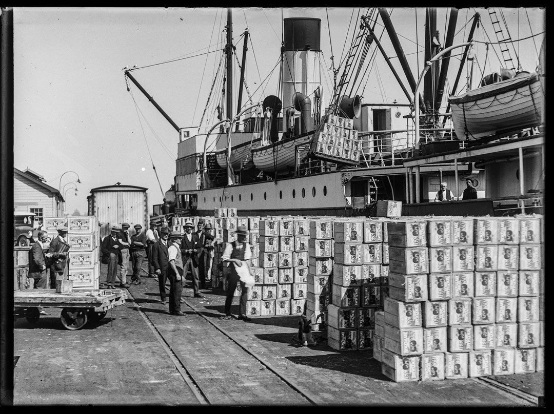 Apple loading at Port Nelson 19 20s © Nelson Provincial Museum - Pupuri Taonga o Te Tai Ao, F N Jones Collection 311092